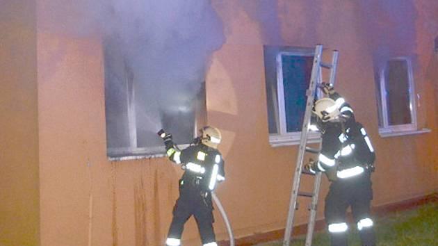 Vzhledem k tomu, že hořelo v přízemním bytě, byl požár pro hasiče přístupnější.