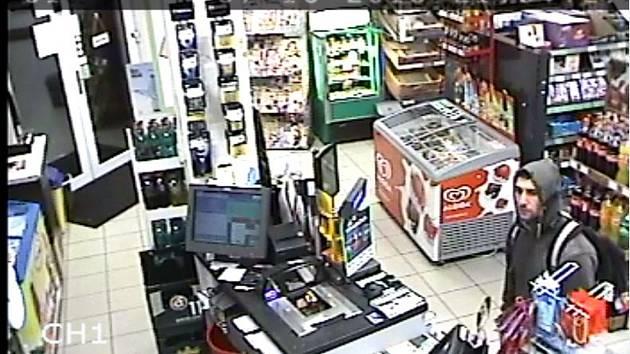 Ukradenou platební kartou se pokusil pachatel zaplatit v prodejně smíšeného zboží v kladenské ulici Osvobozených politických vězňů.
