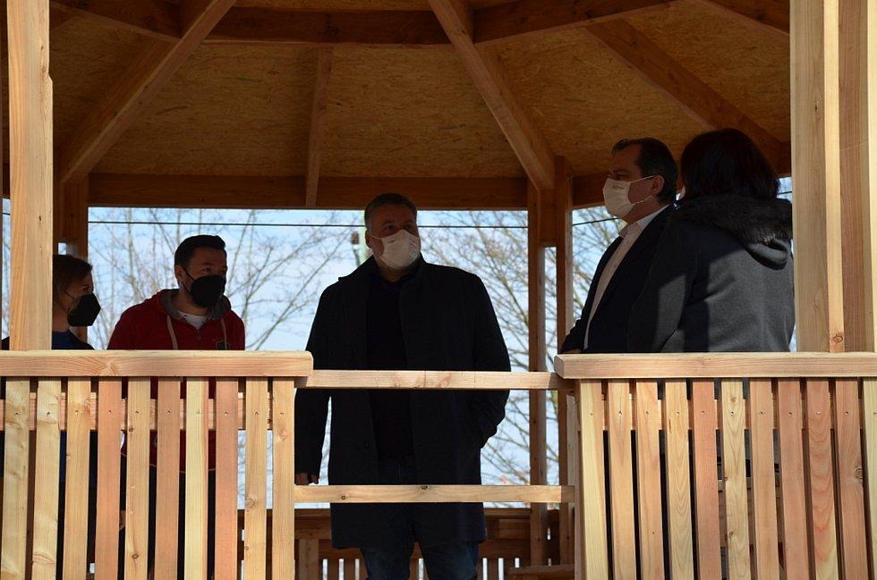 Slavnostního předání altánu veřejnosti se ve Slaném zúčastnili i autoři vítězného návrhu.