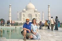 Stáňa a Dalik Střebákovi před indickou svatyní Tádž Mahal.