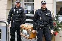 Kladenští strážníci s Pohádkovou vánoční truhlou.