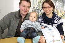 Miminkem roku 2011 se stal Michal Valenz z Kladna. Na fotografii s rodiči Helenou a Lukášem.