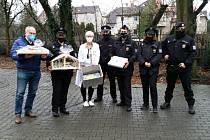 Policisté pozdravili na svátky seniory světly majáků.