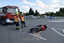 Ve Slaném u obchvatu srazilo auto motorkáře.