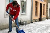 Pro mnoho lidí začíná nyní pracovní den úklidem sněhu z chodníků.