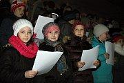 Akce Deníku - Česko zpívá koledy tradičně před Základní školou Velvary.