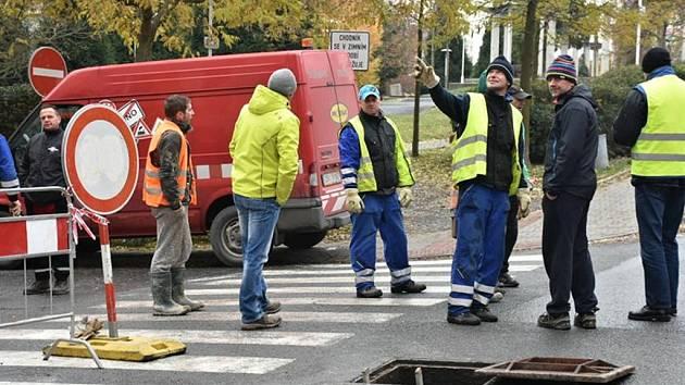 Havárie vodovodního potrubí Kladno ulice V. Rabase