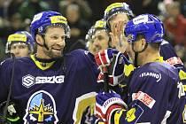 Jan Hlaváč gratuluje Markovi Židlickému, nejlepšímu hráči  / Rytíři Kladno - HC Energie K. Vary 3:0, hráno 29. 11. 2012