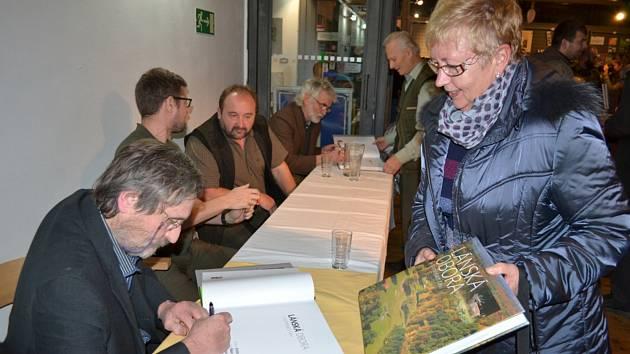O podepsanou knihu byl vskutku obrovský zájem.