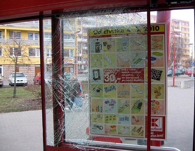 Zloděj při útěku rozbil dveře obchodního domu.