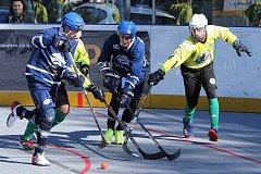 Hokejbalisté Alpiqu Kladno (v modrém) umocnili skvělý víkend a po výhře v Pardubicích 4:0 přejeli