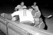 Vpravo nahoře v bílém dresu Jaroslav Volf, slavný kladenský hokejový střelec a poté i trenér.