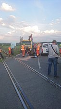 Motorkář nepřežil střet s vlakem na přejezdu