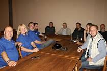 Povolební vyjednávání ve Slaném. V modrém ODS, vítězové voleb, při jednání s Hnutím ANO 2011
