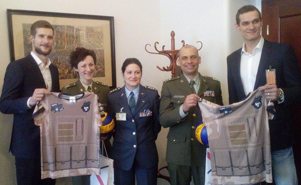 Kladenští Orli podpořili vojáky na zahraniční misi.