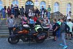 Velvarské žáky navštívil francouzský cestovatel na motorce. Zážitek mají nevšední.