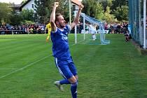 Fotbalová bomba tikala ve Velvarech, domácí ji ale neodpálili úplně a Slavia zápas o postup do osmifinále MOL Cupu zachránila. Vyhrála 4:2. Tomáš Tenkl proměnil penaltu na 2:0.