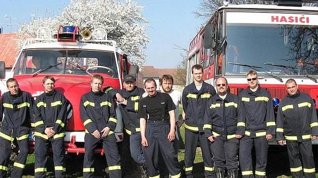 Naprostá vetšina členů Sboru dobrovolných hasičů Braškov.