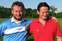 Fotbalové legendy Kladna v Dobrovízi. Bráchové Martin (vlevo)  a Otakar Vejvodové. Starší Ota o den později oslavil čtyřicátiny.