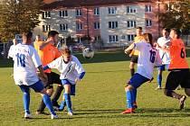 V taháku I. B třídy se střetla béčka SK Slaný (v oranžovém) a SK Kladno. Hosté vyhráli 3:2.