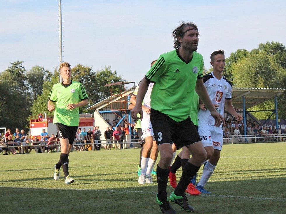 Velvary (v zeleném) prohrály v MOL Cupu s Hradcem Králové 0:1. Michal Obrtlík