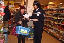 KLADENŠTÍ POLICISTÉ při preventivních akcích dávají nejen seniorům rady, jak se bránit kapsářům, a co dělat, aby se nestali jejich oběťmi.