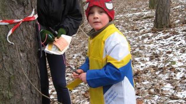 Mezi účastníky zimního orientačního běhu byl také jeden z nejmladších závodníků – Matýsek Kolář. Na snímku spolu se závodnicí vkategorii dospělých na jedné ze společných  traťových kontrol závodu.