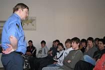 Vedoucí slánských strážníků Pavel Štěpánek vysvětluje studentům rozdíly mezi přestupky a trestnými činy.