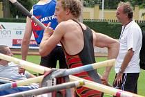 Tomáš Nešvera se připravuje k pokusu ve skoku o tyči.