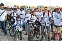 Ráno se desítky lidí připravovaly na náměstí Sítná v Kladně k předem domluvené akci Den bez aut. Zúčastnily se jí i  děti. Na cestu do práce nebo školy účastníci nevyužili vozidla, ale šli pěšky, jeli na kole nebo kolečkových bruslíc