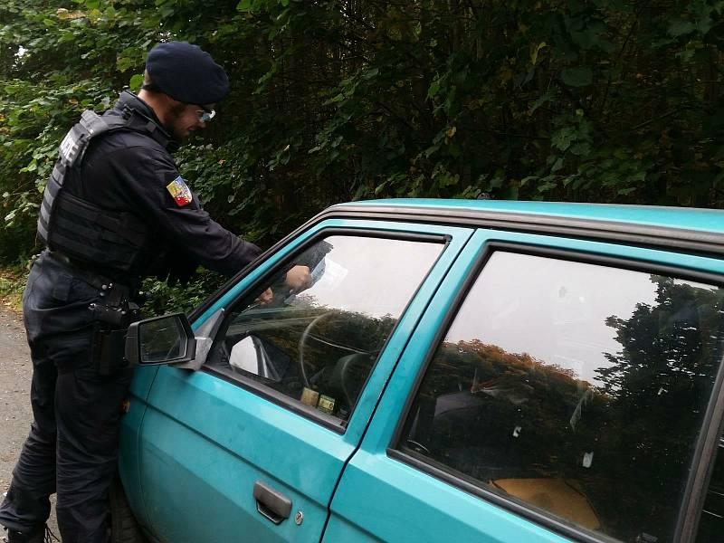 Policisté se zaměřili na kontroly vozidel houbařů.