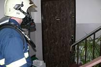 Hasiči v pondělí večer zasahoval v jedné z bytových jenostek na Sítné, kde doutnala pánev. Do bytu se museli slanit.