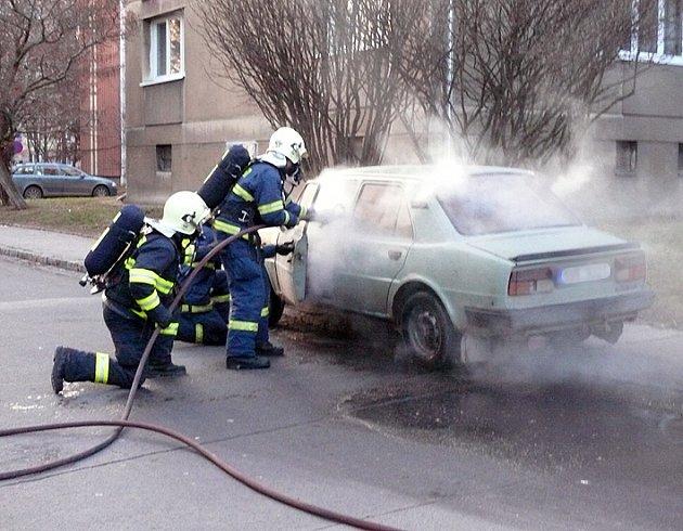 Likvidace pondělního požáru starší škodovky v kladenské čtvrti Kročehlavy.
