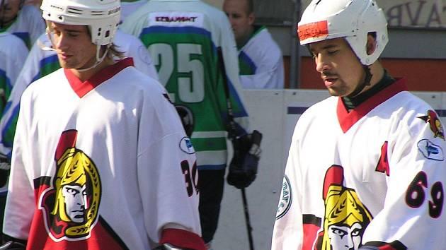 Ani neúčast Tom áše Plekance (vpravo), jenž hájí barvy Česka na MS v hokeji, hokejbalistům Habešovny nevadila - jsou ve finále extraligy.