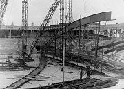 Stavba střechy stadionu před blížícím se šampionátem.