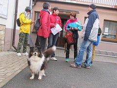 NA ZASNĚŽENOU ZIMNÍ DRUŽECKOU ŠLÁPOTU si musí turisté počkat do nějakého dalšího ročníků.  Start byl tradičně u Obecního úřadu v Družci.