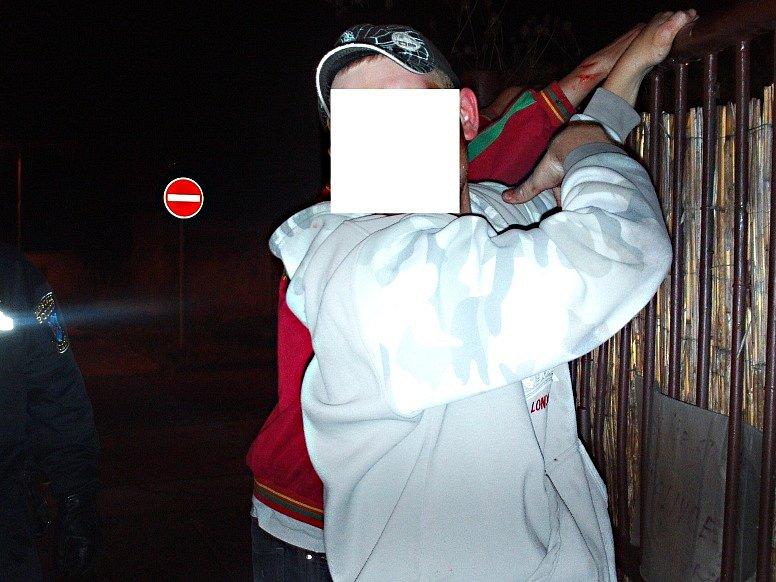 Strážníci útočníky dostili v nedaleké Zádušní ulici.