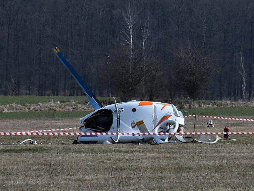 Ve Velké Dobré se zřítil malý vrtulník, posádka přežila, zranění ženy jsou ale vážná.
