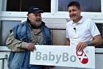 Babybox nové generace instalovali ve čtvrtek na stěnu u vchodu do Nemocnice Slaný.