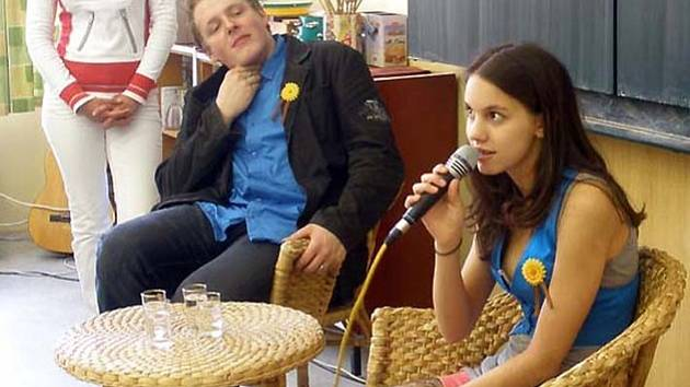Ve velvarské ZŠ tento týden pokračoval cyklus besed se známými osobnostmi. Se žáky v naplněné učebně tentokrát besedovali také herečka Míša Doubravová známá ze seriálu Ordinace v růžové zahradě.