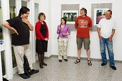 Foto z vernisáže výstavy Domov, zleva Martin Wágner, Jiřina Hankeová, Lenka Pužmanová, Václav Němec a galerista Jiří Hanke.