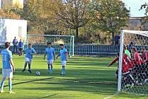 Kralupy (v modrém) v derby I. B třídy přehrály doma po obratu béčko Velvar 3:1. Pomohlo jim vyloučení Podivínského
