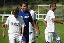 Velká Dobrá (v bílém) porazila v sousedském derby Braškov jasně 4:1. Tomáš Zelenka (v modrém) byl hrdinou utkání.