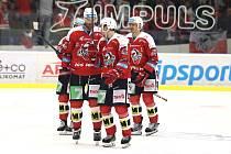 Pardubice (v červeném,) vyhrály důležitý duel v Kladně 5:2.