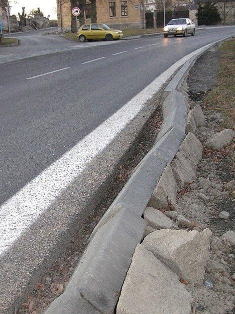 Lidé z Velkého Přítočna mají kamionů plné zuby. Opravená silnice za deset milionů korun je nadále ničena kvůli velké zátěži.