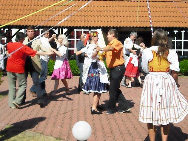 Jako v jednom kole si museli připadat členové hodnotící komise soutěže Vesnice roku 2009, kteří včera navštívili obec Lány. Čtyřhodinový program jejich návštěvy byl skutečně nabitý.