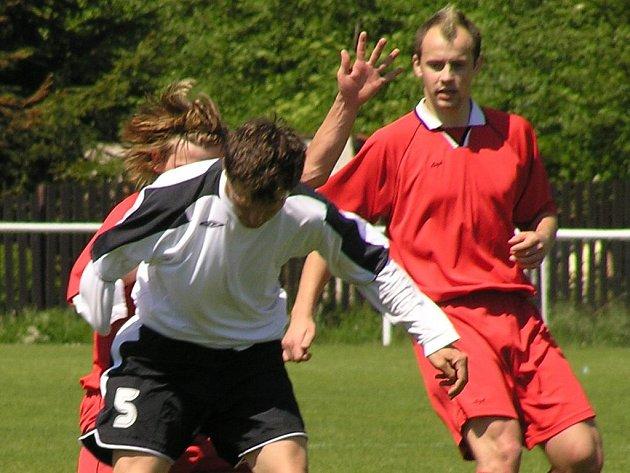 Číro jako fotbalová móda. Hlavu Martina Fitka (vpravo) občas zdobí, na druhou stranu proč ne - fotbalovou hvězdou krajského formátu určitě je.