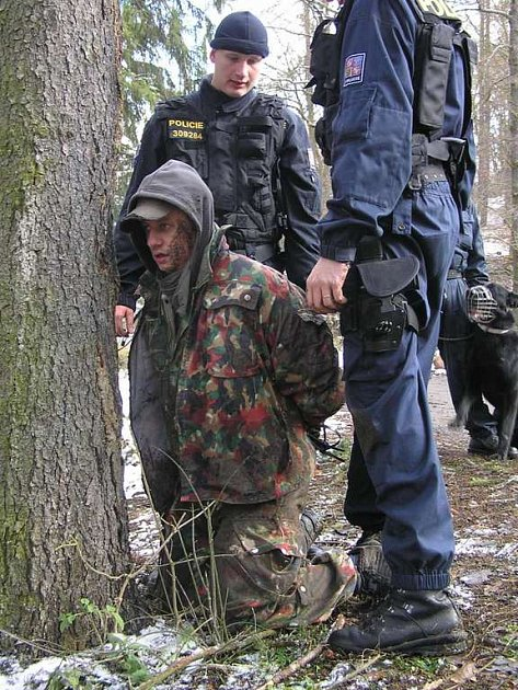 Pachatel v poutech. Hlídka zadržela muže podezřelého z bloupání do chat. Ačkoli se jednalo o policist–figuranta, jeho kolegové ho při zákroku nešetřili.