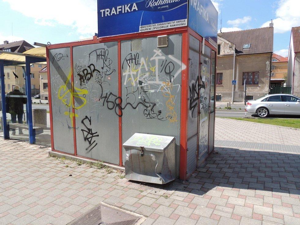Autobusová zastávka v Kladně u gymnázia.
