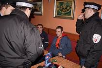 Republikoví policisté a slánští strážníci kontrolovali restaurace, zda v nich není podáván alkohol mladistvým.